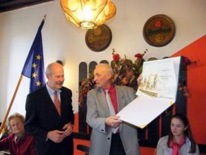 Ferdinand Kinsky předává pamětní list Františku Moserovi