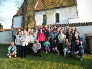 Rodáci u kostela ve Zdouni