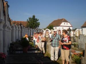 Na kapličkovém hřbitově v Albrechticích